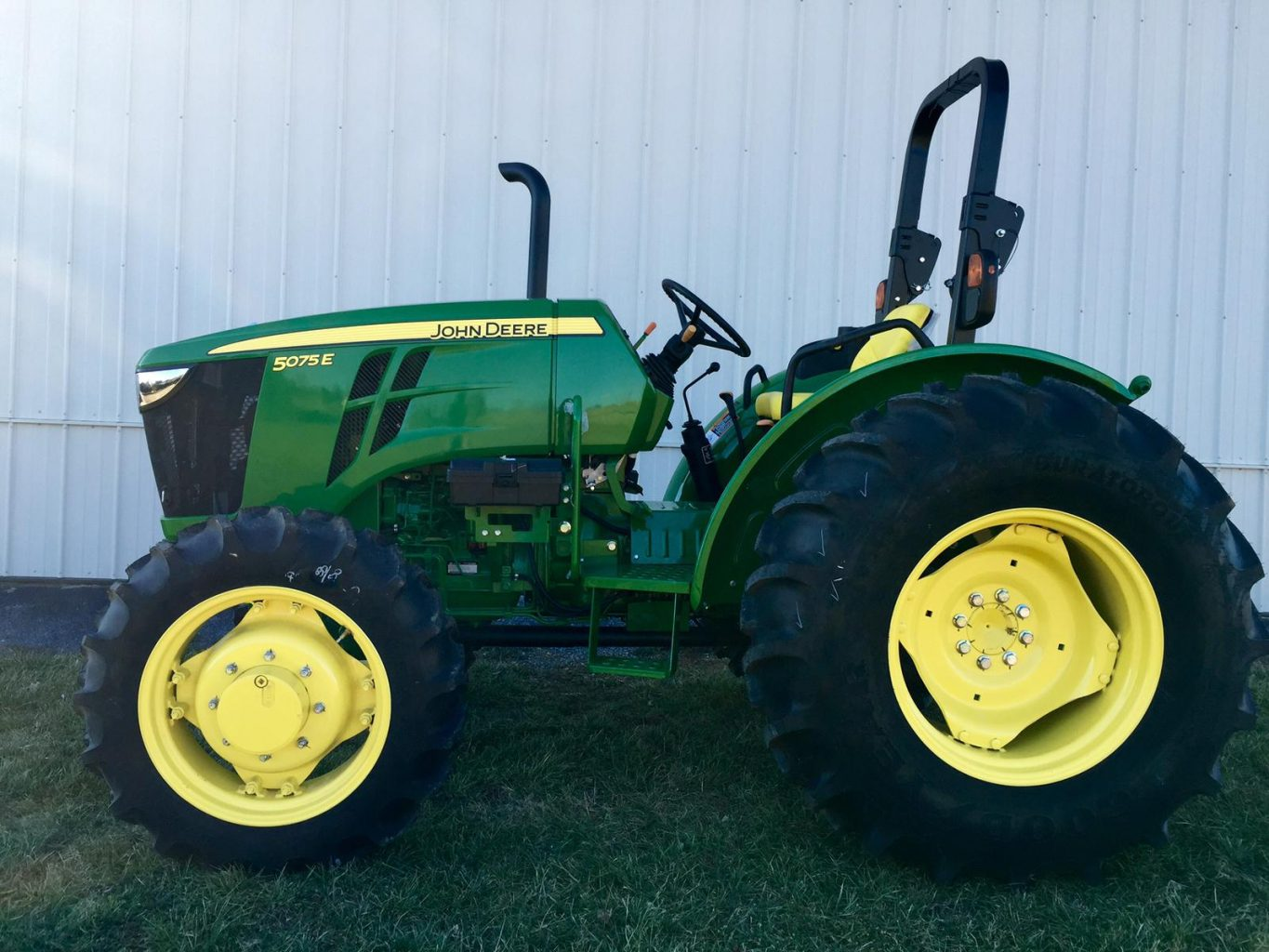Side Picture Of Tractor : John deere e wd hp price spec configuration overview