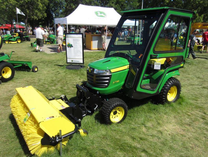 John Deere X738 Lawn Tractor